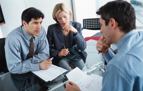 Мужчина и женщина ведут переговоры о покупке бизнеса
