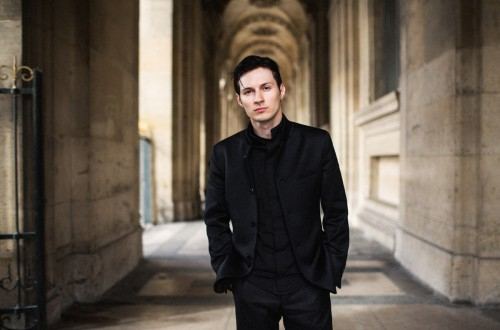Павел Дуров в чёрном костюме