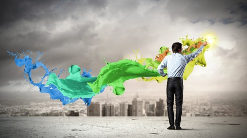 Мужчина играет с красками разных цветов