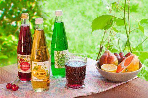 Лимонад в бутылках стоит на столе