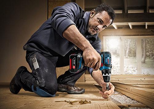 Мужчина делает ремонт