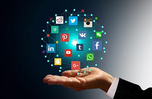 Мужчина держит над ладонью виртуальные иконки социальных сетей
