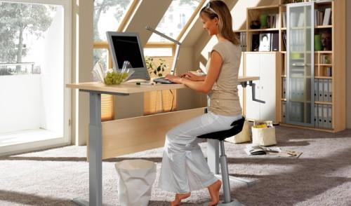 Девушка за компьютером ищет способы заработка на дому