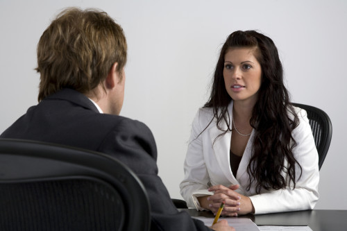 Красивая девушка проходит собеседование