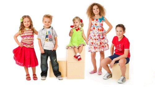 Дети в модной одежде позируют на камеру