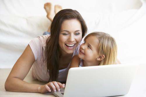 Мама и дочка за ноутбуком зарабатывают деньги