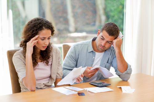 Парень и девушка считают налоги