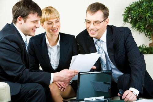Начинающий предприниматель показывает бизнес-план инвестору