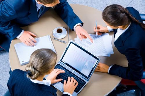 Продавец и покупатель ведут переговоры о покупке бизнеса