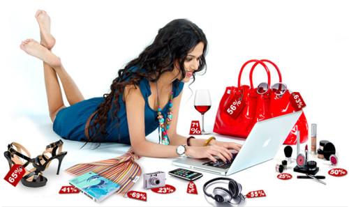 Девушка продаёт товары через интернет