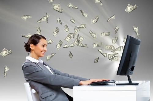 Доллары заработанные с нуля вылетают из компьютера навстречу девушке