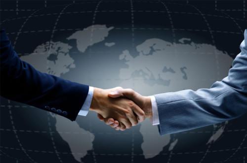 Бизнесмены пожимают друг другу руки