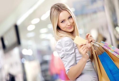 Красивая девушка купила в магазине разные товары