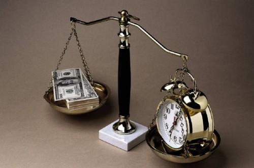 Доллары и будильник на чаше весов