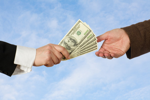Мужчина даёт в долг доллары другому мужчине