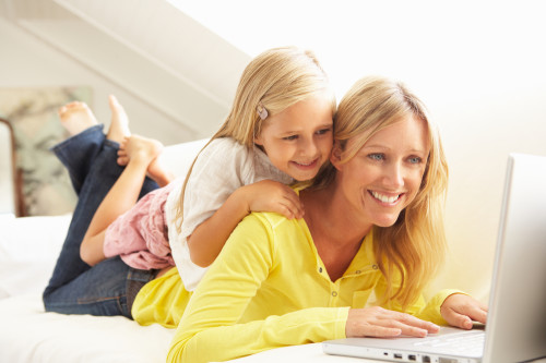 Мама и дочь, через интернет, ищут актуальные идеи малого бизнеса без вложений