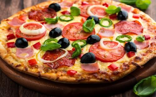 Пицца с помидорами, маслинами, колбасой, луком и перцем