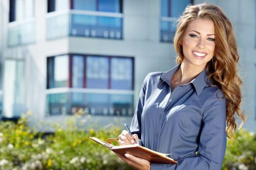 Красивая девушка на фоне офисного здания