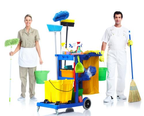 Работники клининговой компании и необходимое оборудование
