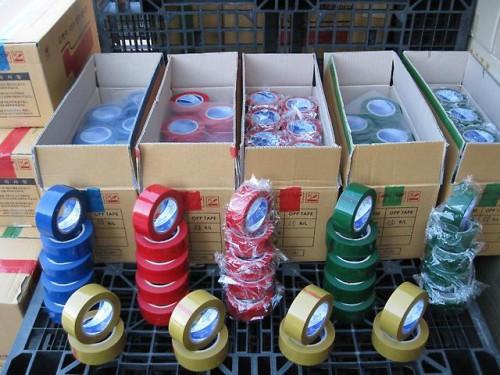 Коробки с разноцветным скотчем