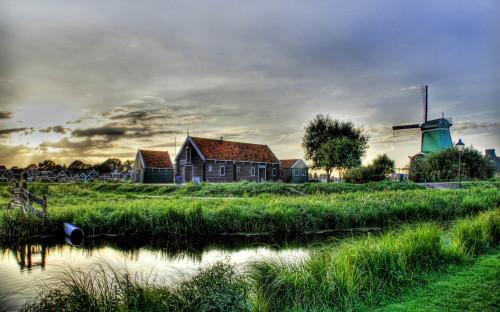 Вид на небольшое село и речку