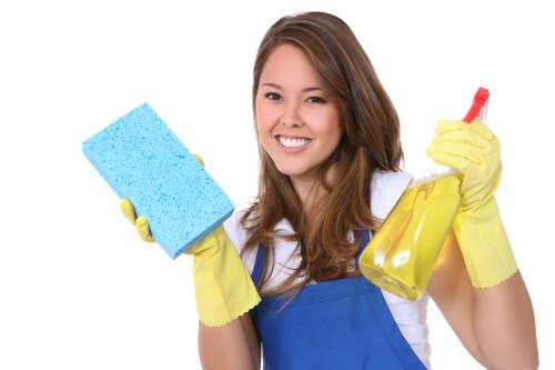 Уборщица держит в руках моющие средства