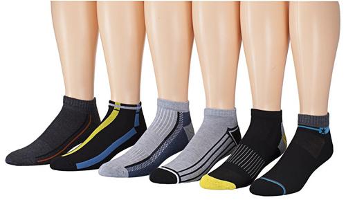 Мужские носки надетые на ноги манекенов