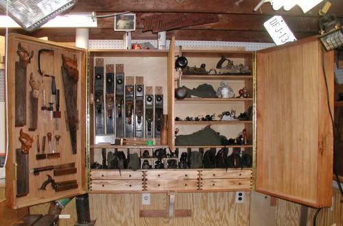 Шкафчик с инструментами в гараже