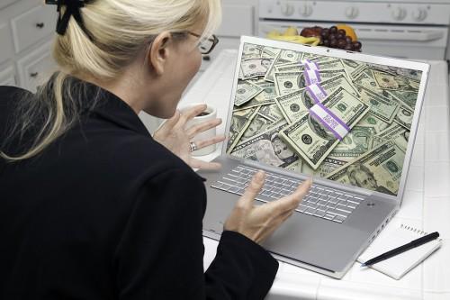 Девушка ноутбук и деньги