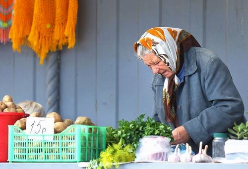 Бабушка пенсионер продаёт овощи и зелень со своего участка