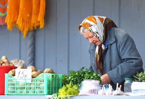 Бабушка продаёт овощи и зелень