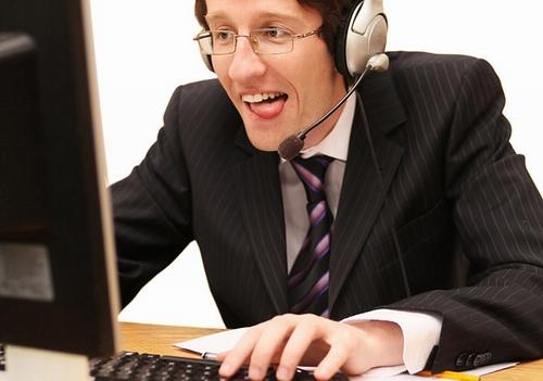 Мужчина играет в компьютерные игры, чтобы заработать деньги