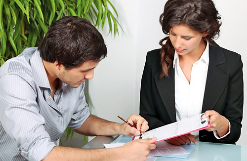 Сотрудница банка выдаёт кредит мужчине