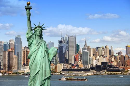 Статуя свободы в Нью-Йорке на фоне города