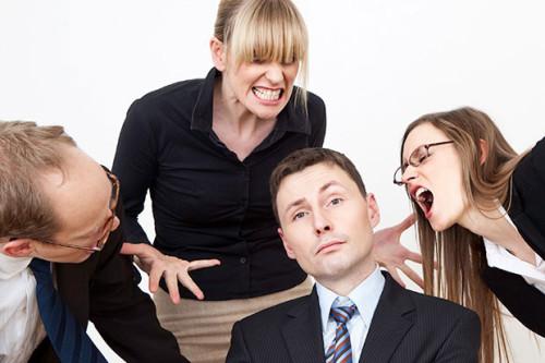Коллеги по работе кричат на сотрудника