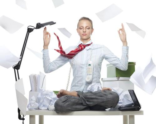 Девушка медитирует на работе
