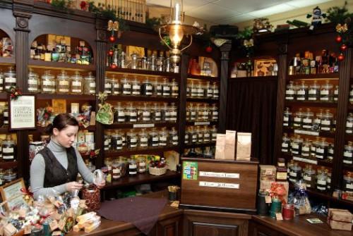 Девушка продавец в магазине чая