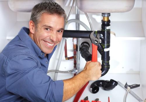 Мужчина по вызову из фирмы муж на час ремонтирует сантехнику