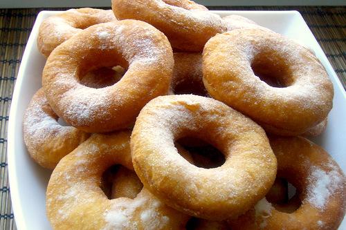 Пончики посыпанные пудрой в тарелке