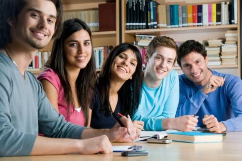 Студенты сидят за столом