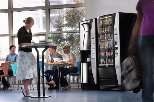 Вендинговый кофейный автомат установленый в кафе