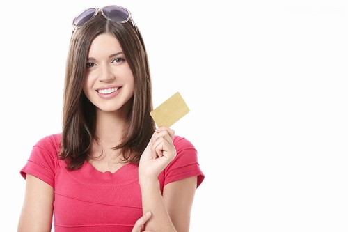 Красивая девушка держит в руке пластиковую карту и хочет перевести деньги