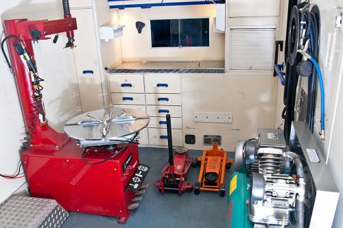 Помещение небольшого шиномонтажа с необходимым оборудованием (станками)