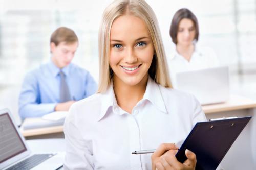 Девушка на работе в офисе