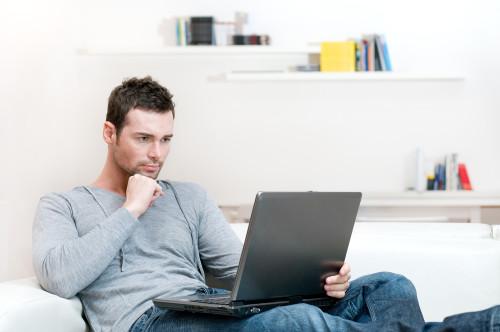 Парень ищет работу через интернет