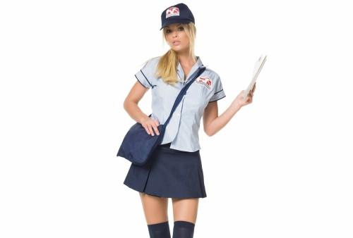 Красивая девушка курьер в рабочей одежде