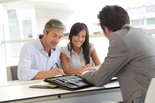 Муж с женой берут кредит в банке