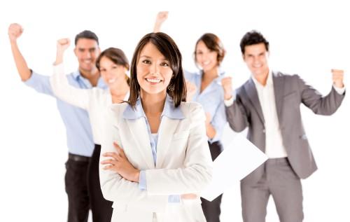 Девушка и её сотрудники радуются успеху
