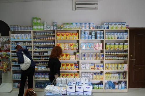 Полки магазина детского питания