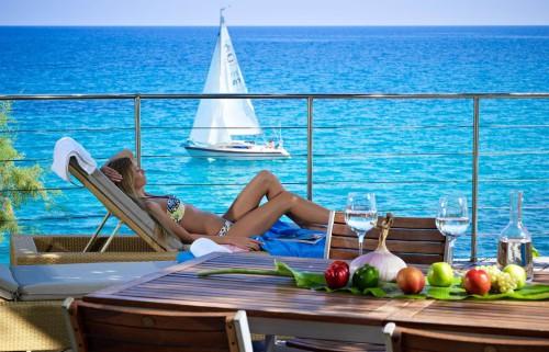 Девушка имеющая пассивный доход отдыхает на море